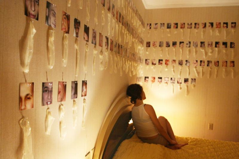 Tonje對保險套有瘋狂執著,還會將保險套的使用者照片一一擺出,房間內掛滿她的珍藏。(圖/imgur)