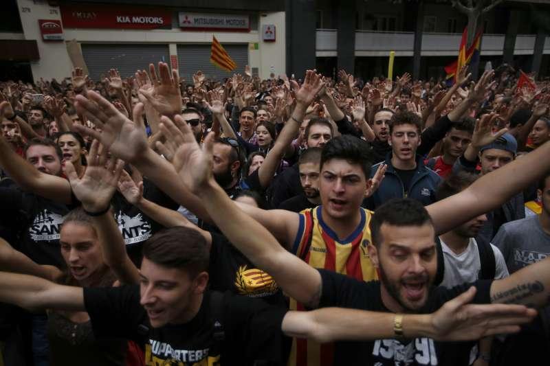 10月3日,加泰隆尼亞的抗議民眾聚集在執政黨「人民黨」的巴塞隆納總部前(AP)