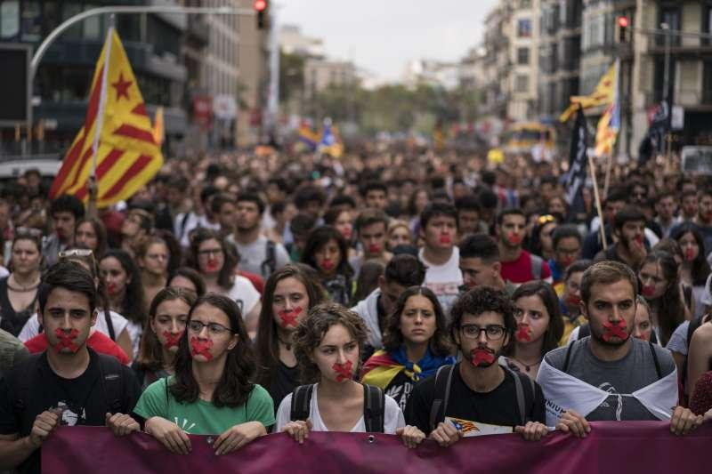 10月2日,加泰隆尼亞民眾走上巴塞隆納街頭,抗議西班牙警方暴力對待人民(AP)