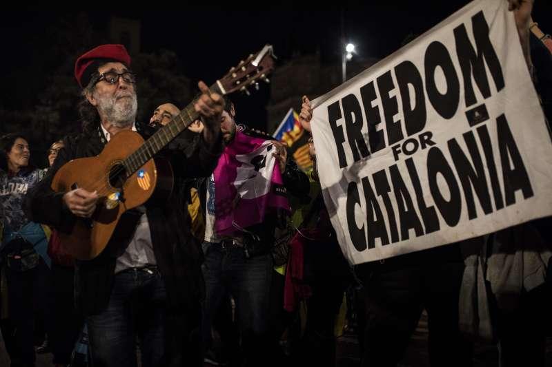 10月1日公投當天,加泰隆尼亞挺獨派聚集在首府巴塞隆納的廣場(AP)