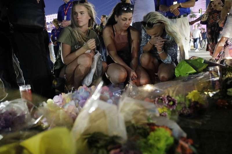 10月3日,民眾悼念賭城大規模槍擊案的罹難者(AP)