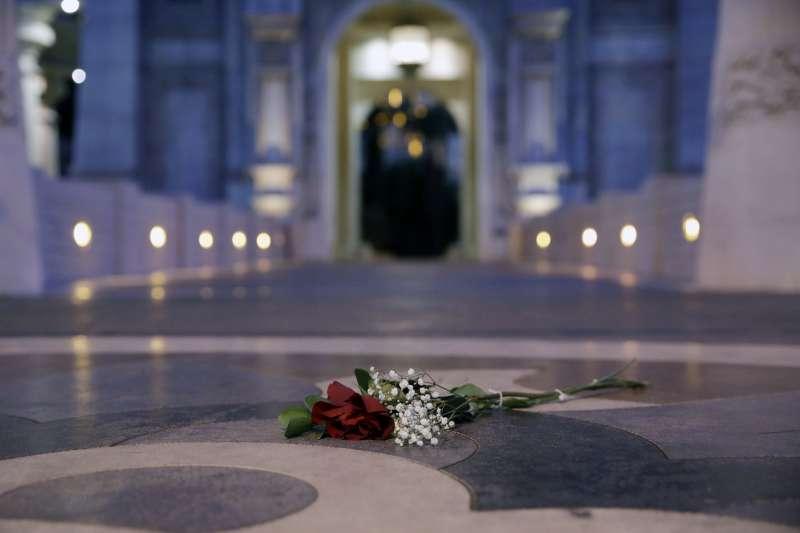 賭城大屠殺事件後,民眾在事發現場,曼德勒海灣度假村前獻花悼念死者。(美聯社)