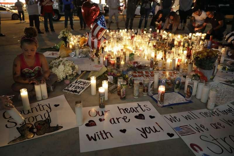 賭城大屠殺事件後,民眾在事發現場悼念死者。(美聯社)