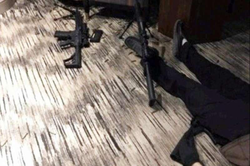 2017年10月1日賭城大屠殺兇嫌帕德克(Stephen Paddock)作案之處,曼德勒海灣度假村(Mandalay Bay Resort and Casino)32樓的房間,右方即為兇嫌屍體(ABC News)