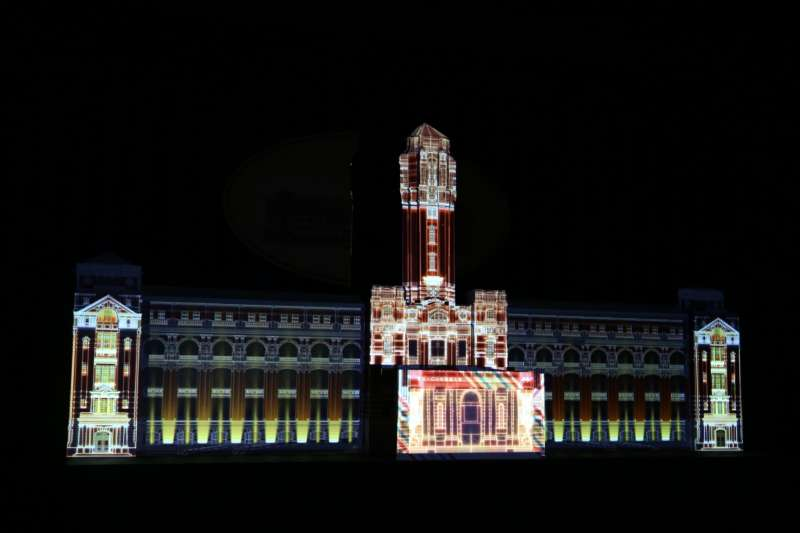 國慶4天連假中,總ˋ統府將上演共24場的精彩光雕秀,透過5台4萬流明的高階投影設備與建築燈光設計,展開一齣長達140公尺的光雕環境劇場。(總統府提供)