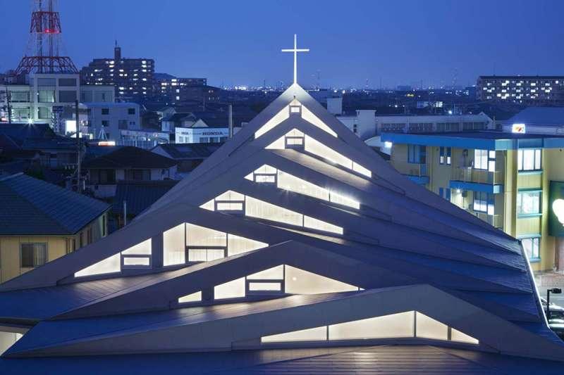 夜晚的日本三重縣鈴鹿教堂,看起來格外莊嚴神聖。(圖/取自Archdaily)