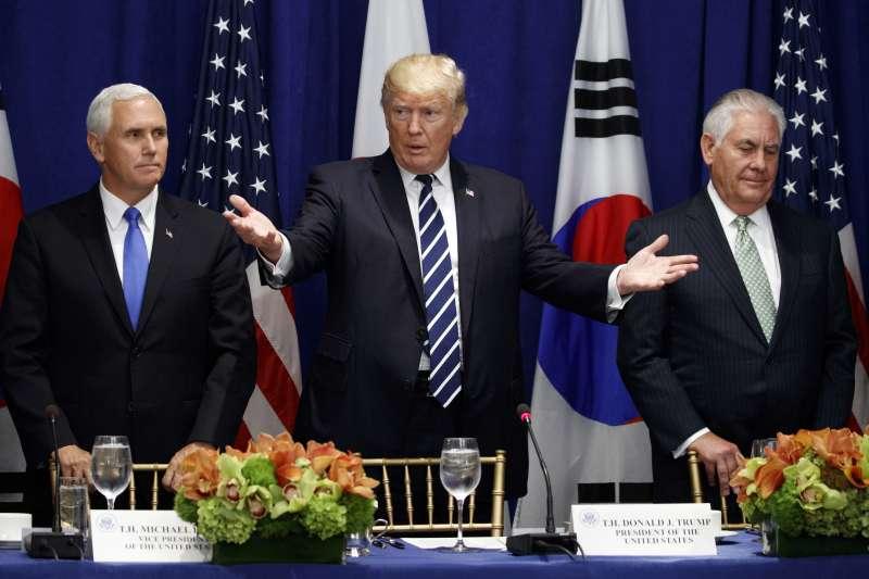 美國總統川普(中)與副總統彭斯(左)和國務卿提勒森(AP)