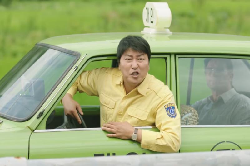 韓片《我只是個計程車司機》講述1980年5月18日韓國光州民主化運動前夕,一名漢城的計程車司機為了豐厚的車資而冒險載上德國記者來到光州的故事。(圖/翻攝自youtube)