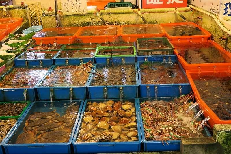 蔡政府以農漁業作為新南向領頭羊,作者指出,東南亞同樣是亞洲養殖漁業重心,技術與規模均不亞於台灣,政府應先盤點台灣優勢、深入了解東南亞養殖業的現況,避免賠了夫人又折兵。圖為富基魚市蝦蟹。(資料照,新北市政府漁業及漁港事業管理處提供)