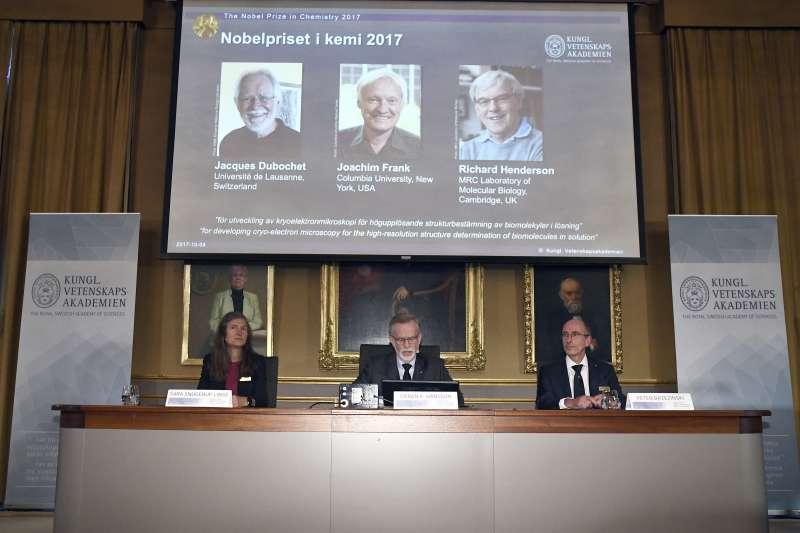 2017年諾貝爾化學獎三位得主,瑞士學者杜布歇(Jacques Dubochet)、德國學者法蘭克(Joachim Frank)和英國學者亨德森(Richard Henderson)。(美聯社)