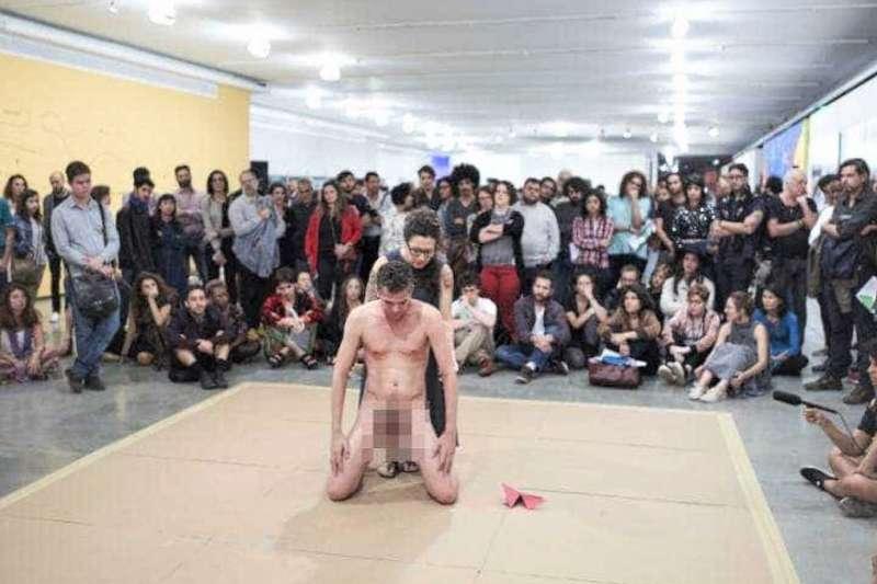 巴西編舞家史瓦茲(Wagner Schwartz)的作品「野獸」因有涉及讓兒童接觸不當內容,引起熱議。(圖/取自youtube)