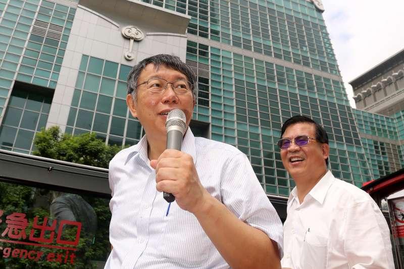 柯文哲是太真還是太假?圖為台北市長柯文哲偕同多位長者搭乘台北市雙層觀光巴士,他自充導遊。(台北市政府提供)