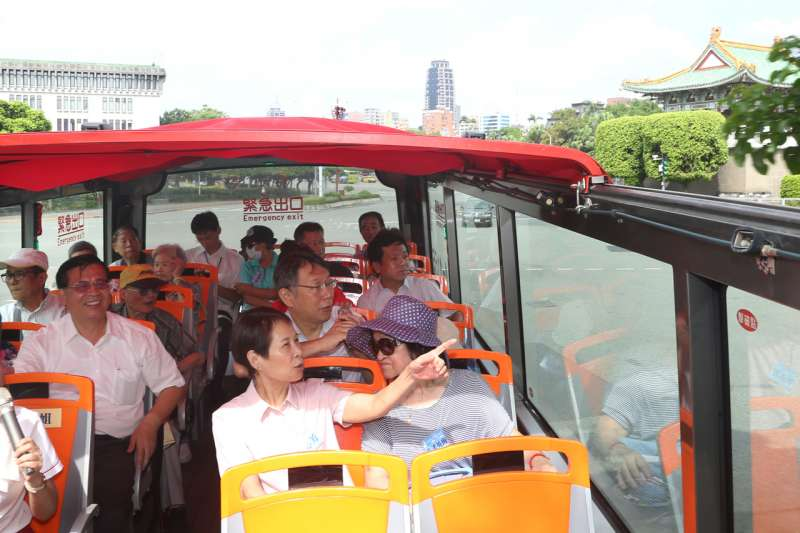 台北市長柯文哲偕同多位長者一同搭乘台北市雙層觀光巴士,從信義商圈出發,並由柯文哲擔任一日導遊,為長者進行觀巴紅線14站導覽。(台北市政府提供)