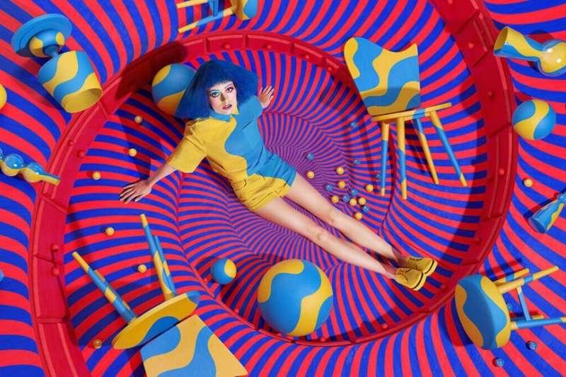 搶眼的色塊與幾何構圖,讓人分不清平面與立體的界線,掉入藝術家創造的迷幻漩渦中。(圖/Jessica Walsh)