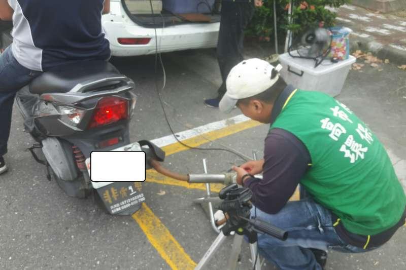 在市區道路,高市環保局人員會隨機攔檢機車的廢氣排放以及是否完成定期檢查。(高雄市環保局提供)