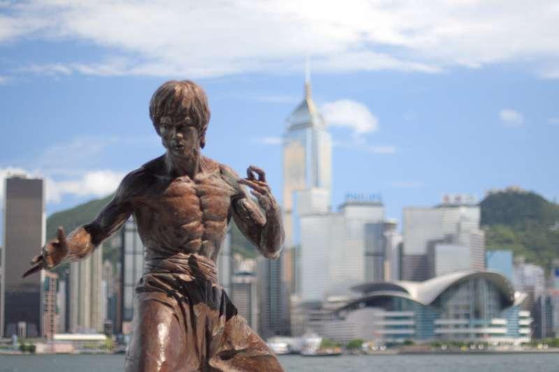 李小龍將武術融入禪學,研讀百家的招數卻不拘泥於形式,獨創的功夫令他所向披靡。(圖 / wikimedia commons)