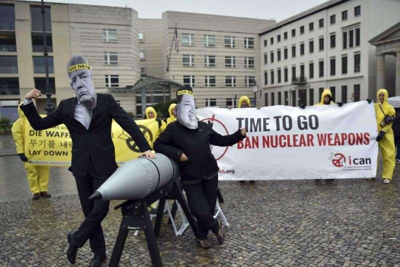 2017年9月13日,國際廢除核武運動(ICAN)成員在德國柏林的美國大使館前抗議美國與北韓之間一觸即發的核戰危機。(美聯社)