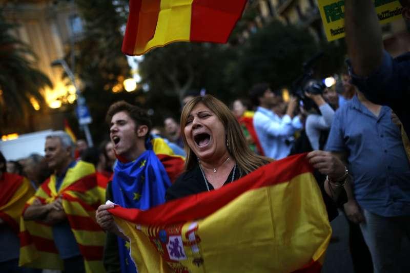 西班牙東北部加泰隆尼亞自治區獨立公投之後,與馬德里中央政府劍拔弩張,反對獨立的民眾也上街示威(AP)