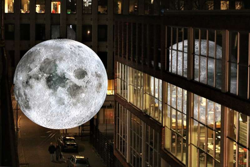 英國藝術家 Luke Jerram 製作大型月球裝置,巡迴各地展出,魔幻場景令眾人大嘆浪漫。(圖/© luke jerram.designboom)