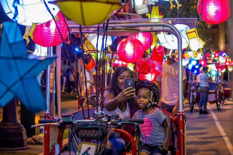 為慶祝美國費城的富蘭克林大道百年紀念日,蔡國強設計的大型公共藝術活動非常受歡迎,參與者個個玩得不亦樂乎。(圖/© Cai Guo-Qiang: Fireflies)