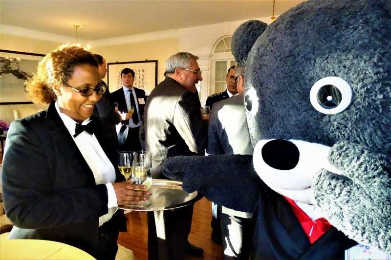 現任台北市吉祥物的熊讚4日與台灣觀光代言人喔熊同赴雙橡園參加駐美代表處舉行的國際酒會,替台北達成另類的「國熊外交」。(台北市政府提供)