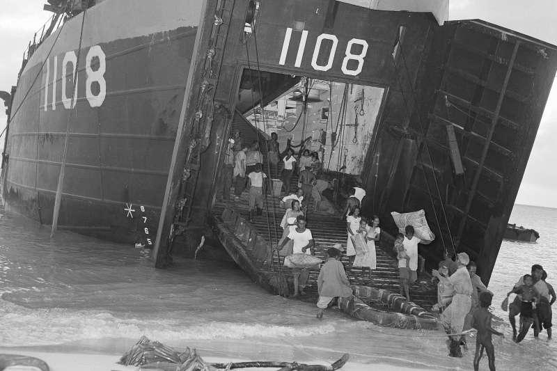 太平洋馬紹爾群島的比基尼環礁,1946年3月14日,居民在核彈試爆前撤離(AP)