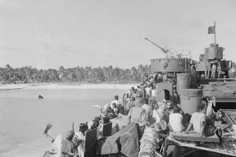 太平洋馬紹爾群島的比基尼環礁,1946年3月14日,居民在核彈試爆前撤離,與家園永別(AP)