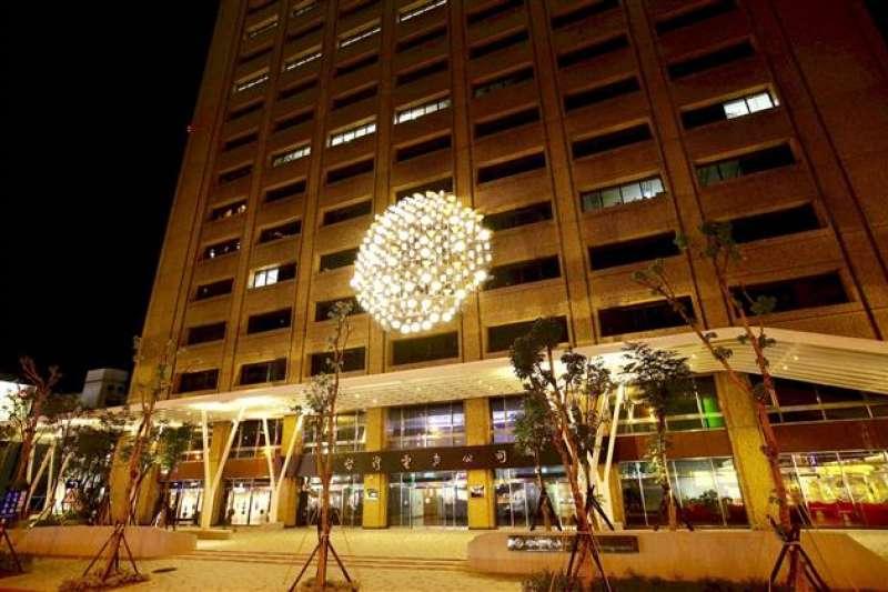 台電今晚響應白晝之夜活動,會將用回收路燈製成的公共藝術作品「日光域」,打出「Nuit Blanche」活動名稱。(台電提供)
