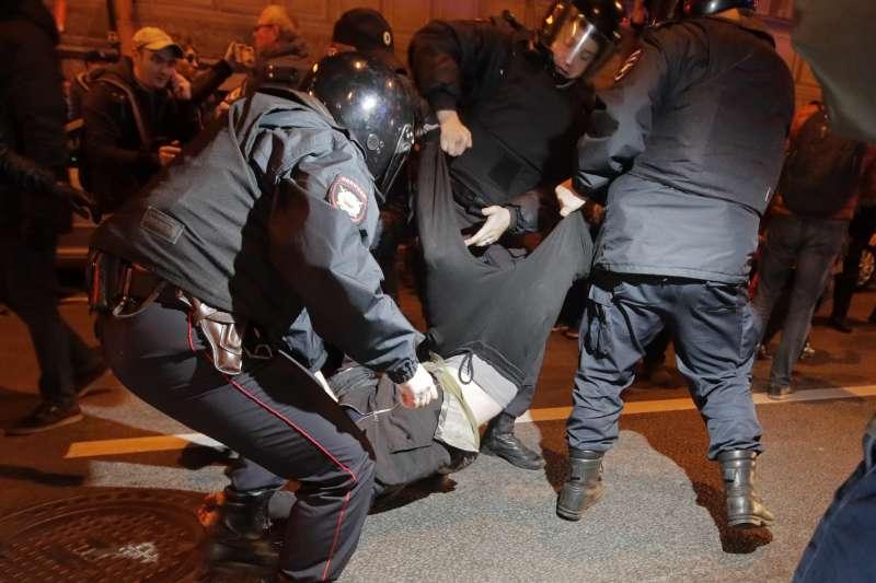普京生日示威:俄羅斯鎮暴警察逮捕抗議人士(AP)