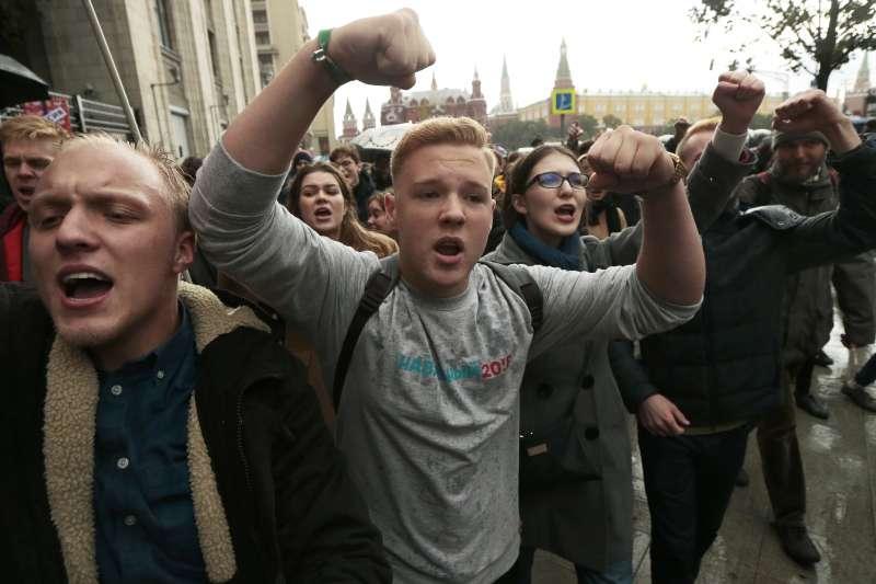 普京生日示威:俄羅斯年輕人參加抗議活動(AP)