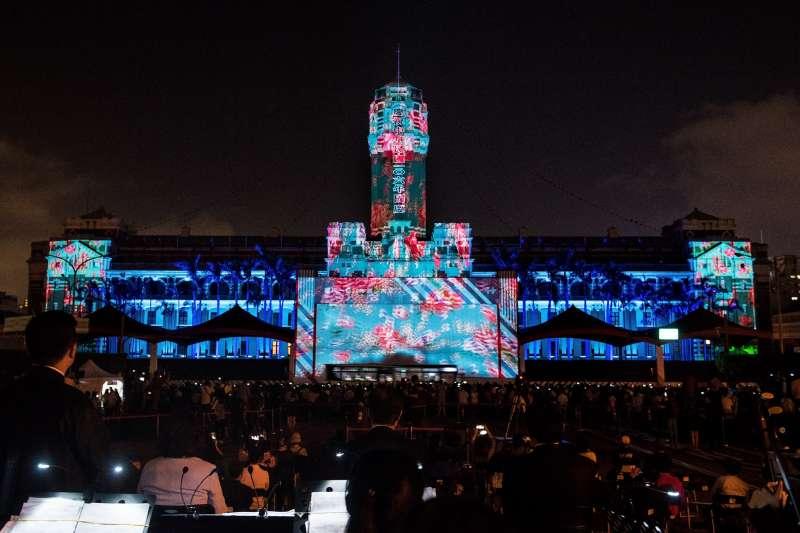 為慶祝國慶,總統府7日晚間舉辦光雕秀,結合國慶主舞台、總統府中央塔樓與東西塔樓,展開全長140公尺光雕表演(總統府)