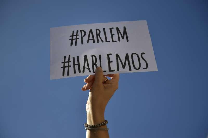 西班牙加泰隆尼亞自治區追求獨立,大批西班牙民眾7日走上街頭,要求雙方坐下來談,這位民眾手持的標語就是「我們要談判」(AP)