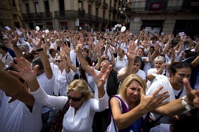 西班牙加泰隆尼亞自治區追求獨立,大批西班牙民眾7日走上街頭,要求統獨雙方進行談判(AP)