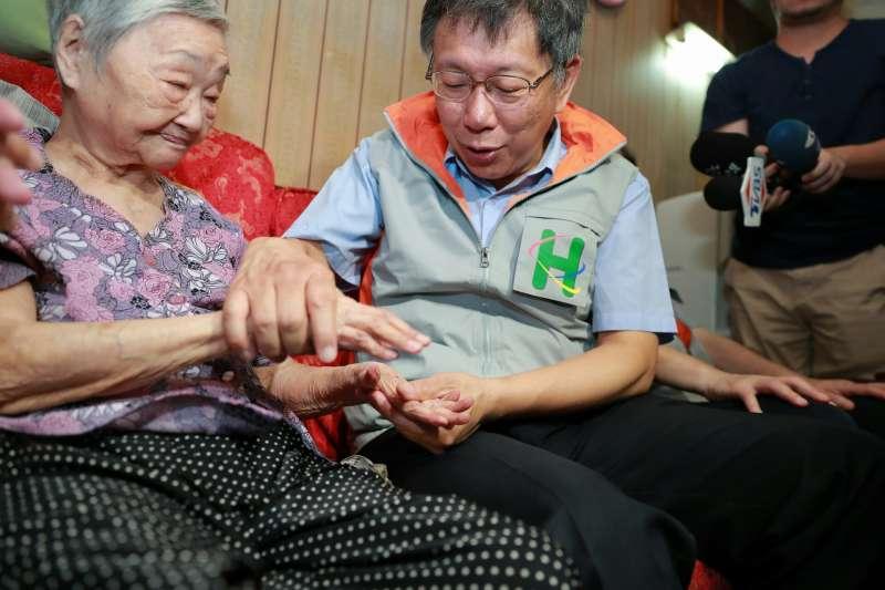 台北市長柯文哲今(8)日參加台北市立聯合醫院主辦的「一日社區醫師」走訪行程,探望多位聯合醫院居家醫療長者個案。(取自台北市政府官網)