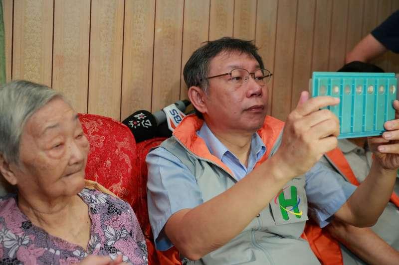 台北市長柯文哲8日參加市立聯合醫院主辦的「一日社區醫師」走訪行程,探望多位居家醫療長者個案。(北市府)
