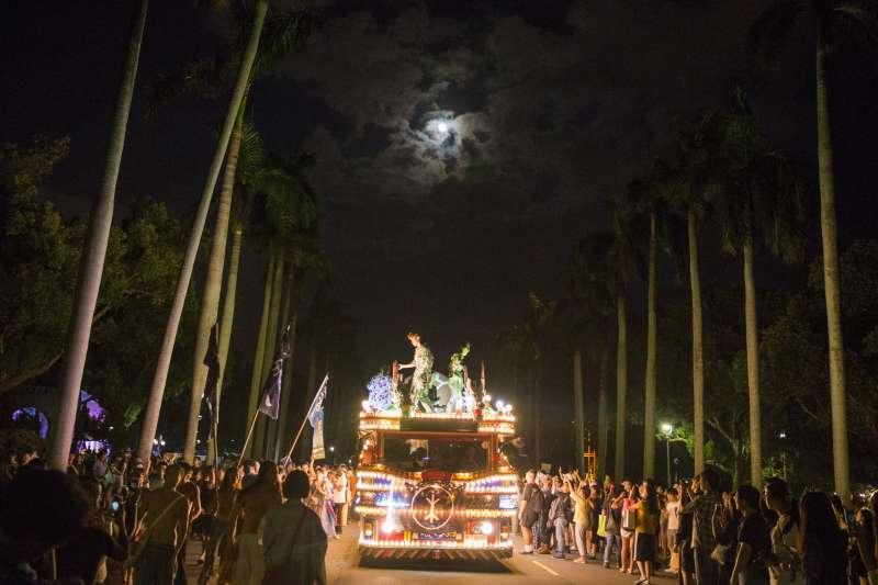 2017-10-09-野青眾於今年10月7日以「與神同遊」為名,加入白晝之夜,並出動民俗藝閣車。(野青眾提供)
