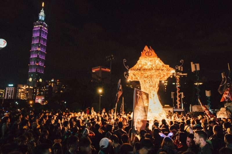 2017-10-09-野青眾於2016年跨年夜舉辦「百野繞境」藝術遊行04。(野青眾提供)