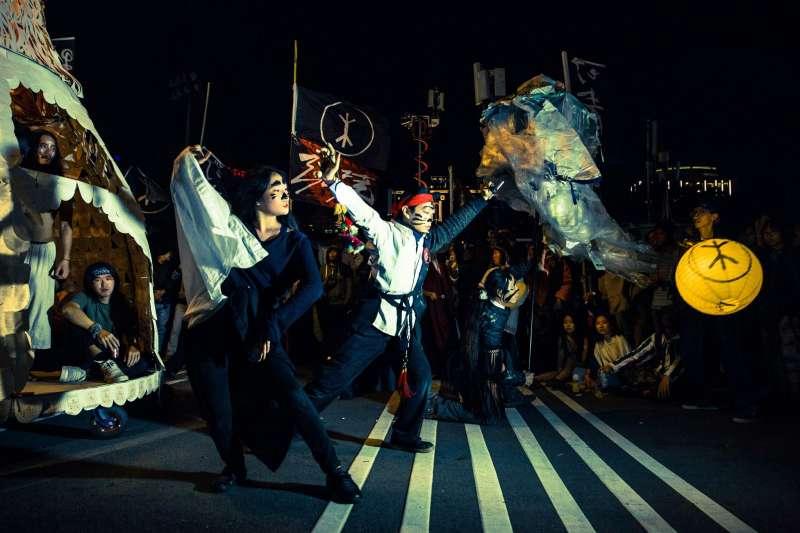 2017-10-09-野青眾於2016年跨年夜舉辦「百野繞境」藝術遊行03。(野青眾提供)