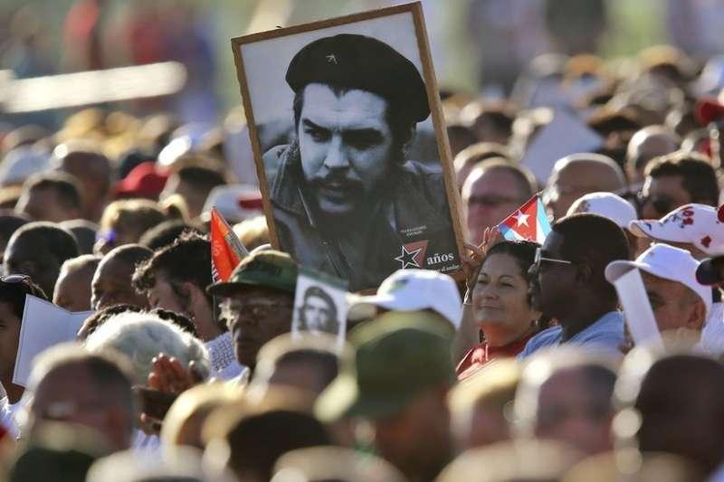 在示威人群中的切・格瓦拉肖像。(BBC中文網)