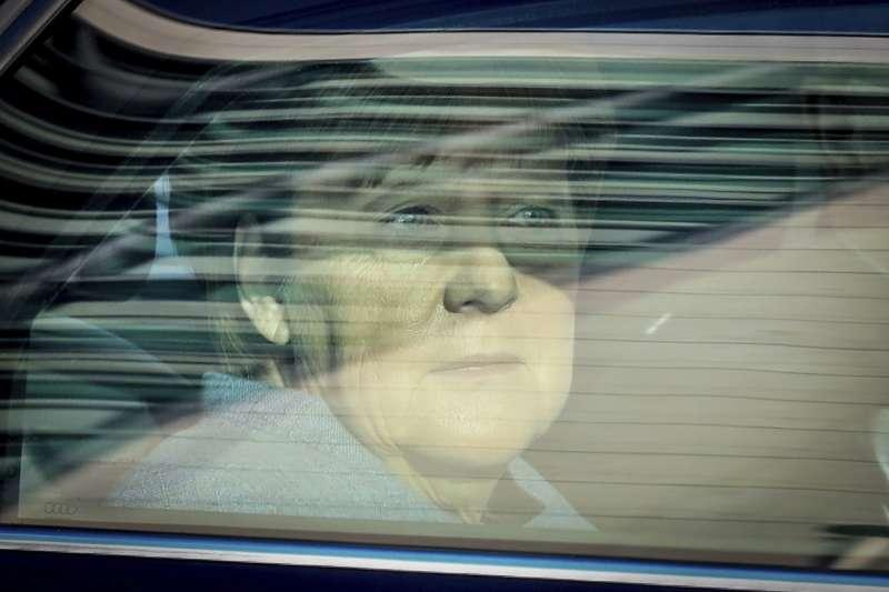 德國總理梅克爾為了解決與姊妹黨「基社盟」的衝突,讓步限制每年20萬難民進入德國。(美聯社)