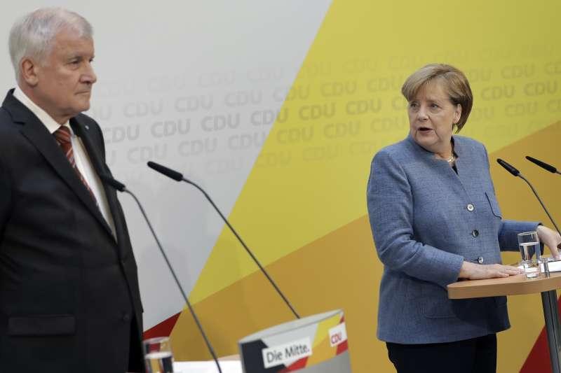 基社盟主席西侯費(Horst Seehofer)與梅克爾。(美聯社)