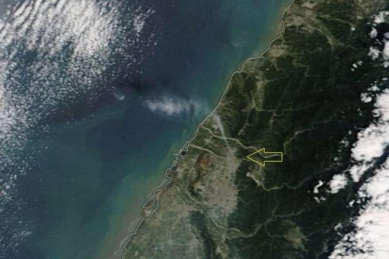 中央氣象局科技中心主任鄭明典昨晚在臉書貼出一張前天(8日)上午10時左右的衛星照片,畫面中明顯有一道煙直衝上天,疑似為台中后里地區。(資料照,取自鄭明典臉書)