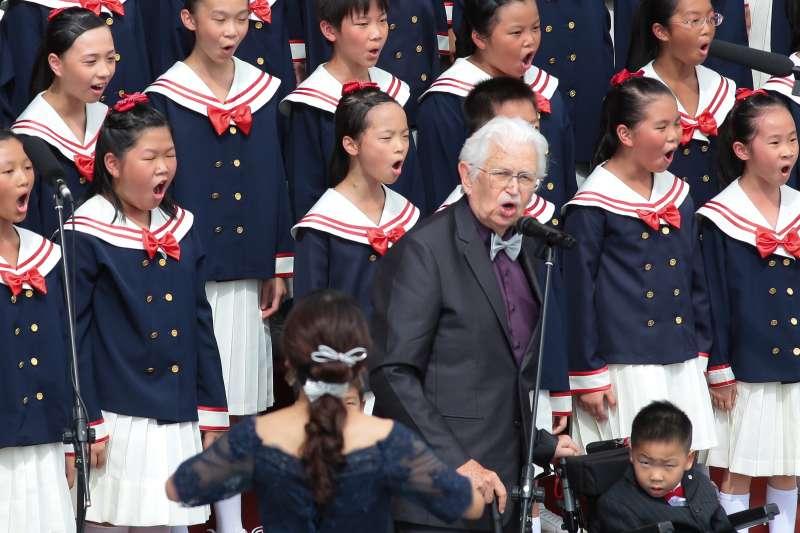 L20171010-神父甘惠忠10日出席中華民國106年國慶典禮,並與南科實中國小部合唱團一同唱國歌。(顏麟宇攝)