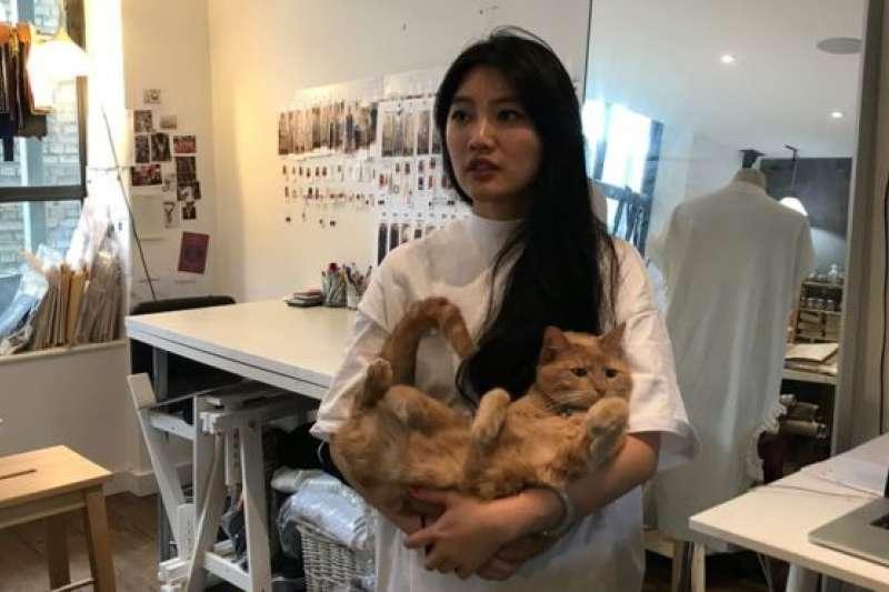 倫敦聖馬丁畢業的台灣女設計師黃薇說:「工作室裏一定要有貓來調劑心情。」(BBC中文網)