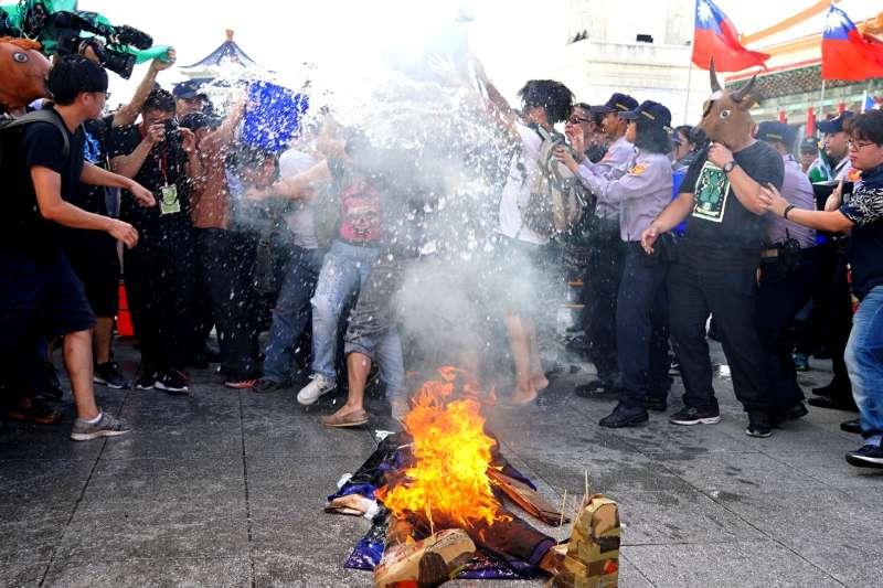 20171010-國慶大典,獨派團體舉辦中華民國告別式,於自由廣場焚燒殭屍。(盧逸峰攝)