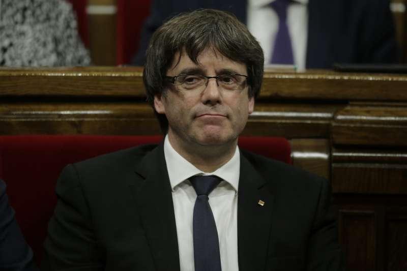 加泰隆尼亞自治區政府主席普吉德蒙(Carles Puigdemont)10日前往自治區議會(Parlament de Catalunya)報告(AP)