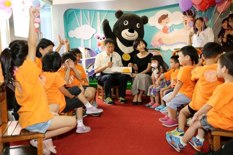 台北市長柯文哲11日下午前往台北市立聯合醫院和平婦幼院區,與夫人同時也是聯合醫院醫師的陳佩琪、伴讀熊讚一起為孩童說故事。(台北市政府提供)