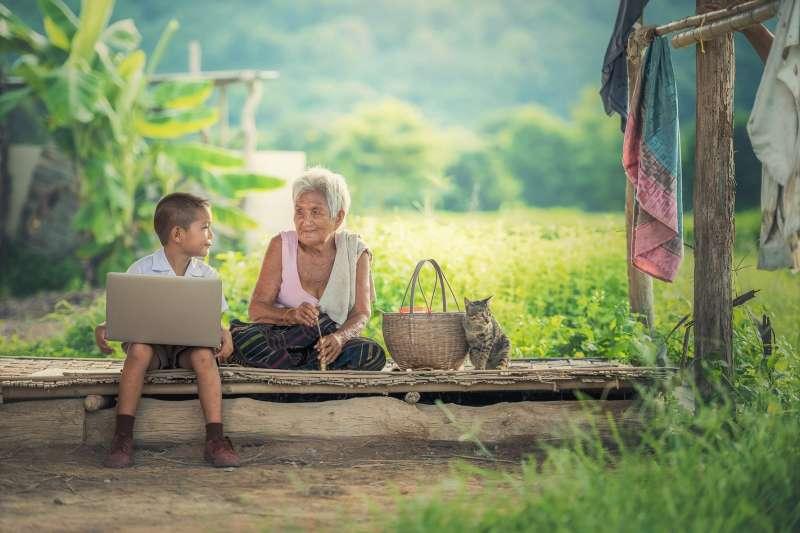 偏鄉的問題只是公共資源分配不均嗎?貧窮的問題,更讓他們翻不了身、只能不斷複製相同命運給自己的下一代。(圖/sasint@pixabay)