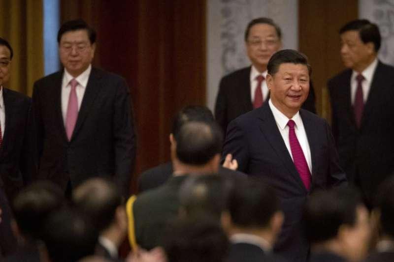 中國國家主席習近平等領導人出席國務院在人民大會堂舉行的慶祝中華人民共和國成立六十八週年的國慶招待會。(美國之音)