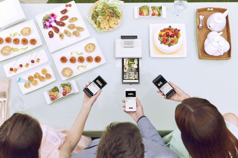 SELPHY CP1300 新增Wi-Fi多合一拼貼列印功能,可以在派對或多人露營、野餐、烤肉等休閒活動時增添更多樂趣(圖/Canon提供)